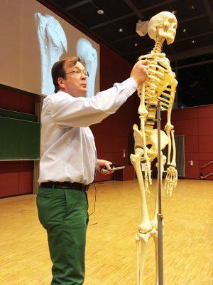 Dozent Professor Michael Amling erläutert den Knochenaufbau und das Knochengerüst